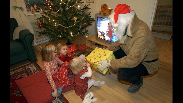 Шведское рождество с подарками детям, матери которых прячутся от мужей