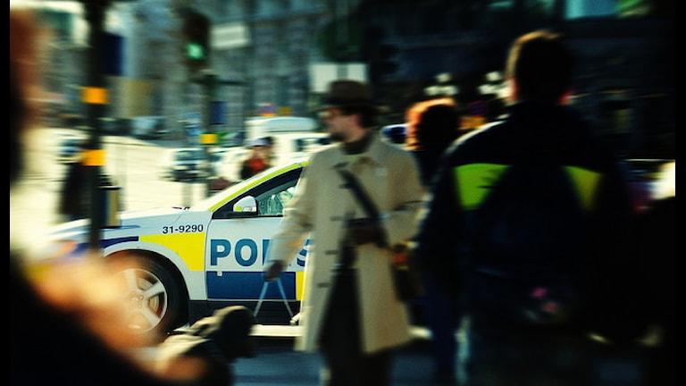 Полицейская машина в толпе людей