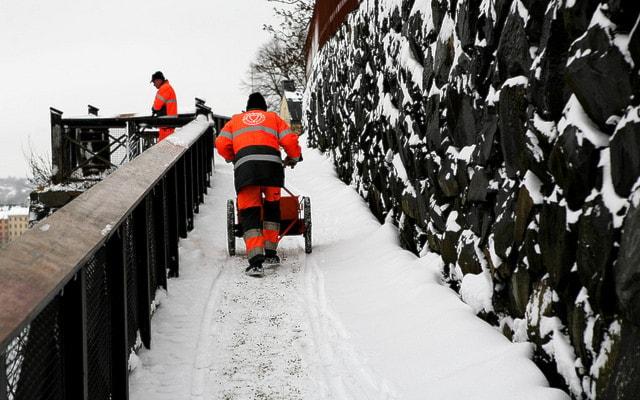 Шведы переходят на самообслуживание: посыпают дорожки сами