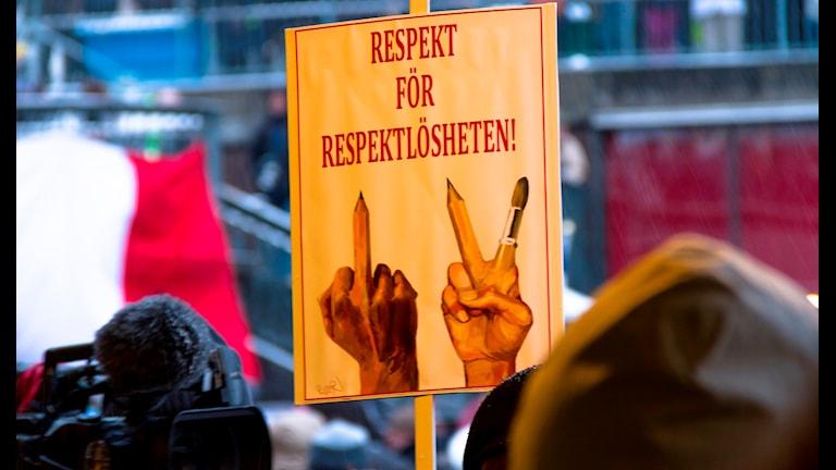 """Надпись на плакате в защиту свободы прессы, в связи с терактами в Париже """"Уважение к неуважению"""". Фото: fcruse/Flickr"""