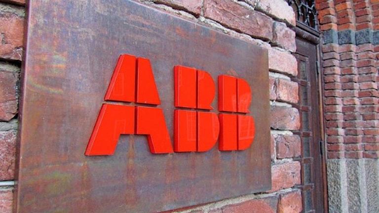 Шведский гигант АББ делится и экономит