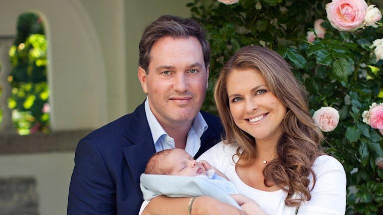Принцесса Мадлен и её супруг Кристофер О´Нил с сыном принцем Николасом, во дворце Соллиден в июле 2015 года. Фото: Brigitte Grenfeldt, The Royal Court, Sweden