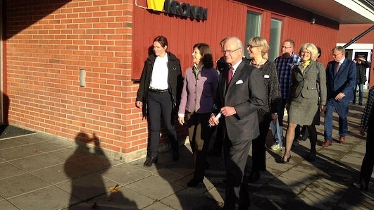 Король и королева посещают школу Kronan. Фото: Peter Olsson/Sveriges Radio.