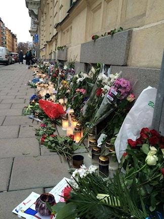 Цветы и свечи у посольства Франции в Стокгольме. Foto: Nina Startseva
