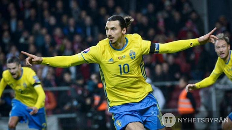 Шведский Златан в матче с Данией