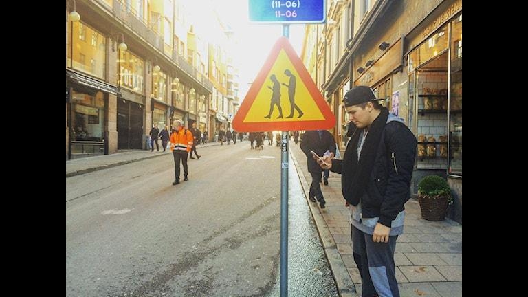 """Шведы придумали дорожный знак """"Зомби с мобильниками"""""""