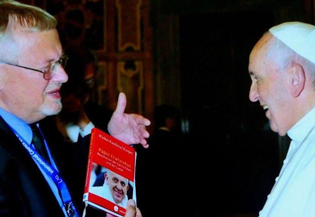 Кай Энгельгард вручает Папе Франциску свой перевод книги о Папе. Фото: privat