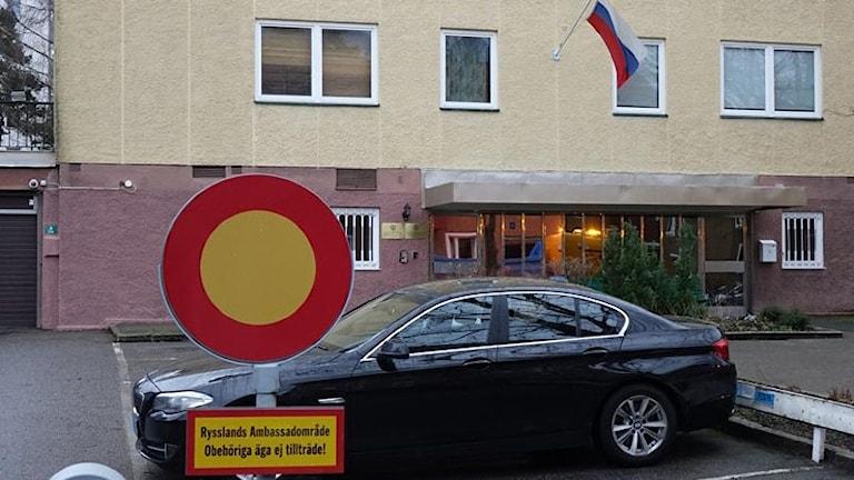 На табличке: территория Российского посольства. Постронним вход воспрещен. Фото: Lidingö.se