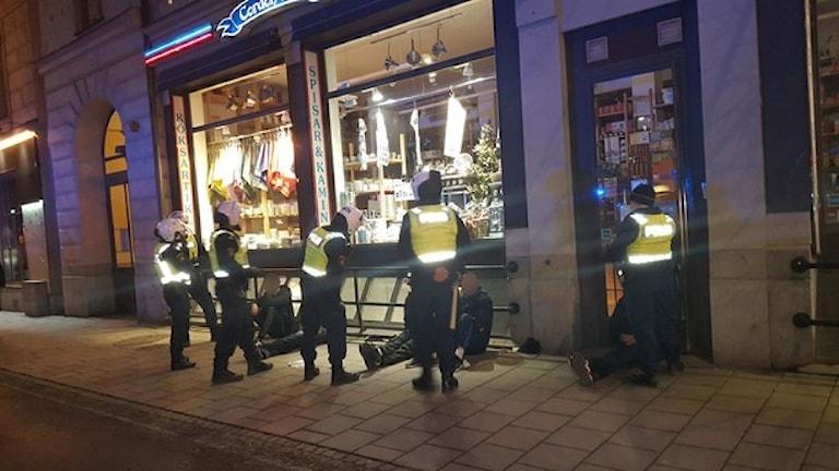 Stor polisinsats i centrala Stockholm under fredagskvällen
