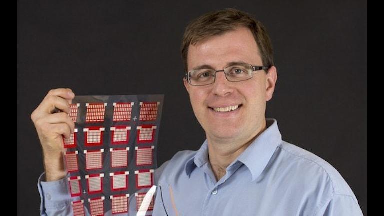 Профессор в сфере органической химии Ксавиер Криспин, группа которого разработала уникальный полимерный конеденсатор способный эффективно перерабатывать тепло в электроэнергию. Фото:  Linköpings universitet.