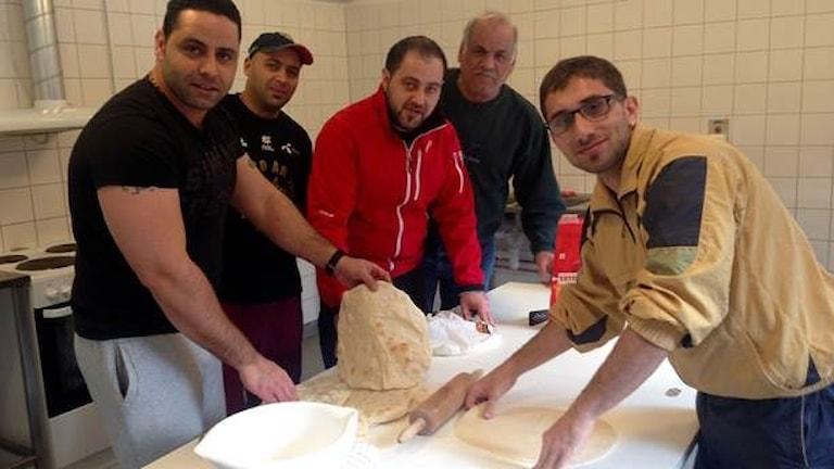 Беженцы пекут хлеб в Швеции