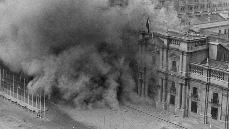 Bomben zerstören den Präsidentenpalast in Santiago de Chile beim Militärputsch am 11. September 1973 (Foto: AP Photo/File)