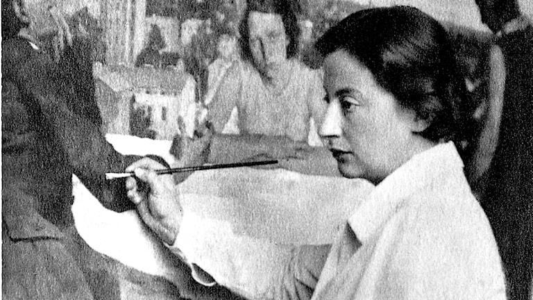 Lotte Laserstein war eine bedeutende Vertreterin der gegenständlichen Malerei der Weimarer Republik. Das Bild stellt die Künstlerin bei der Arbeit an ihrem Gemälde Abend über Potsdam dar. 1937 floh Laserstein nach Schweden .(http://www.kulturstiftung.de/presse/pressemitteilungen/archiv/2010/
