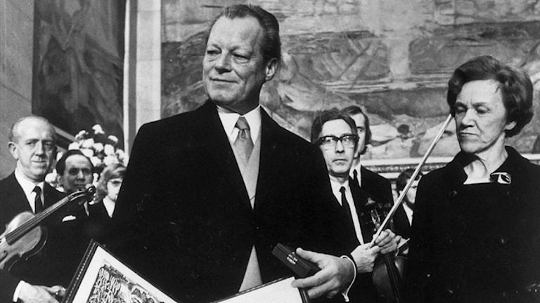 Entspannungspolitiker Willy Brandt nahm 1972 in Oslo den Friedens-Nobelpreis von der Vorsitzenden des Nobelkomitees Aase Lionaes entgegen (Foto: EPU / Scanpix Schweden)