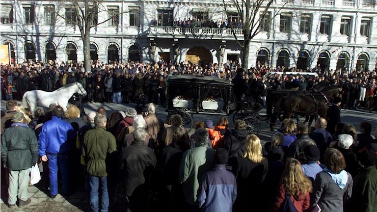 Der Trauerzug mit den sterblichen Überresten von Astrid Lindgren verlief durch die Innerstadt von Stockholm. Der Kutsche mit dem weissen Sarg folgte der Schimmel Fendt. Das Pferd symbolisierte die Figuren der Kinderbuchautorin. (Foto: Pontus Lundahl / SCANPIX Schweden)