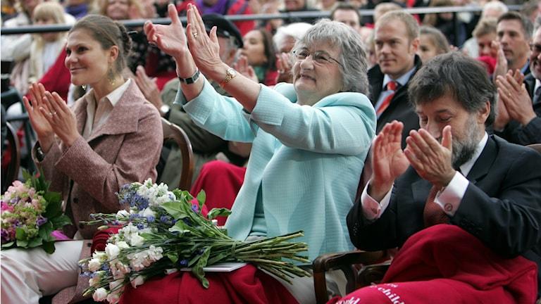 Katherine Paterson bedankt im Stockholmer Freilichtpark Skansen sich mit Applaus für den Astrid-Lindgren-Preis. Kronprinzessin Victoria von Schweden hat den Preis überreicht. (Foto: Fredrik Sandberg / Scanpix Schweden)