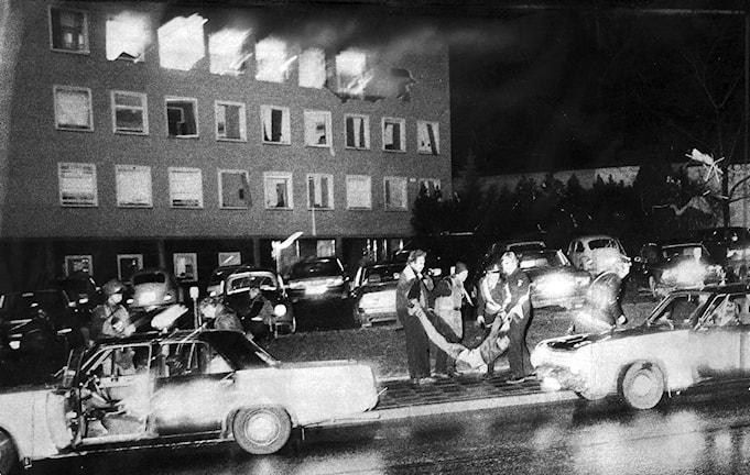 Die Geiselnahme in der Botschaft der Bundesrepublik Deutschland in Stockholm ereignete sich am 24. April 1975. Eine Gruppe der Rote Armee Fraktion stürmte das Botschaftsgebäude, nahm Geiseln und tötete zwei Menschen.  um 23:46 Uhr aus ungeklärten Gründen eine von den Terroristen angebrachter Sprengsatz. Zwei der Terroristen kamen in ihrer Folge ums Leben. (Foto: Rapport / TT Schweden)