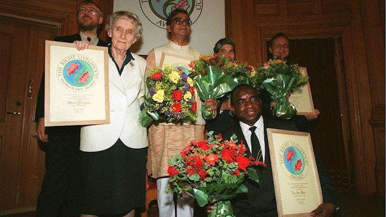 Die schwedische Kinderbuchautorin Astrid Lindgren wurde 1994 mit dem Alternativen Nobelpreis ausgezeichnet. Hier posiert sie zusammen mit den anderen Preisträgern des Jahres vor der Kamera. Links im Bild der Stifter des Right Livelihood Award, Jacob von Uexkull (Foto:Hans T Dahlskog / TT Schweden)