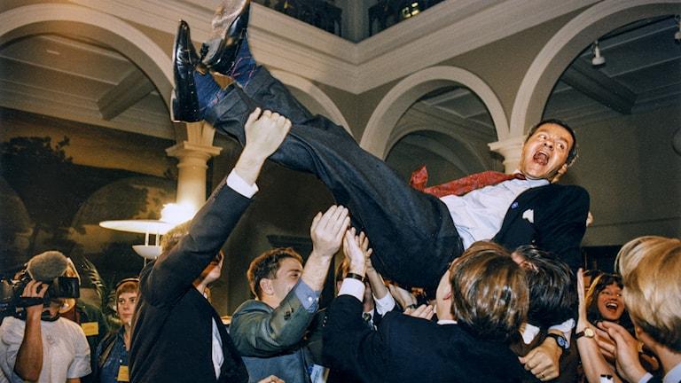 Jubel bei den Befürwortern von Schwedens EU-Beitritt nach der Volksabstimmung 1994. Einer der prominentesten Befürworter, Ulf Dinkelspiel von den Konservativen, wird in die Luftgehoben, als das Resultat am 13. November bekannt wird. (Foto: Ola Torkelsson / TT)