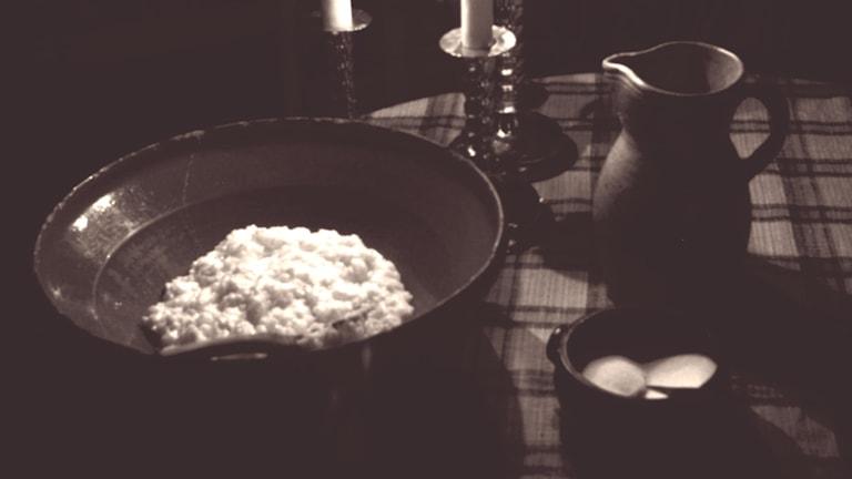 Risgrynsgröt, der Reisbrei oder Milchreis, ist ein fester Bestandteil des schwedischen Weihnachtsessens. Brei aus dem exotischen Reis galt früher als wesentlich feiner als der normale Brei aus Hafer oder Gerste. (Foto: Malin Hoelstad / TT)