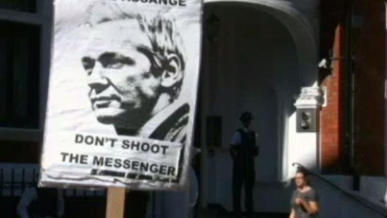 Protestplakat zur Unterstützung des Wikileak-Gründers (Bild: SVT)