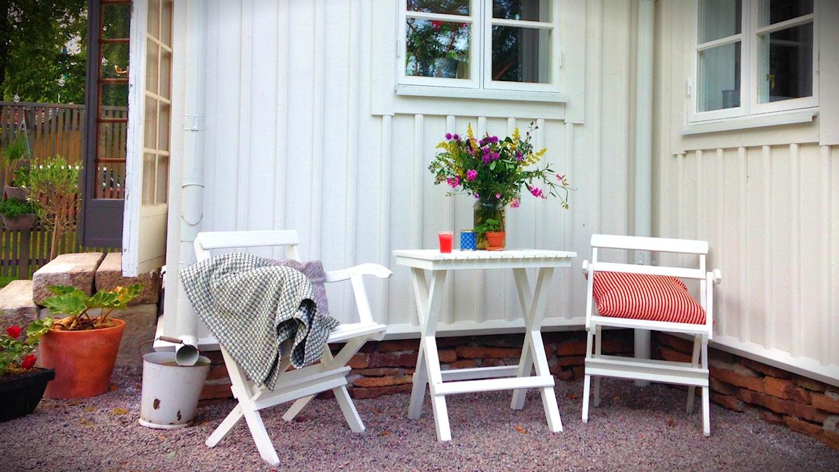 Auf der eigenen Terasse oder in der eigenen Wohnung in den Kissen zu kuscheln und das Privatleben in Ruhe zu geniessen, ist der Traum vieler Schweden. Die Zahl der Jungen, die sich keine eigene Wohnung leisten können, die Zahl der Familien, die kein Haus kaufen können ist gross. (Foto: Sybille Neveling / Radio Schweden)