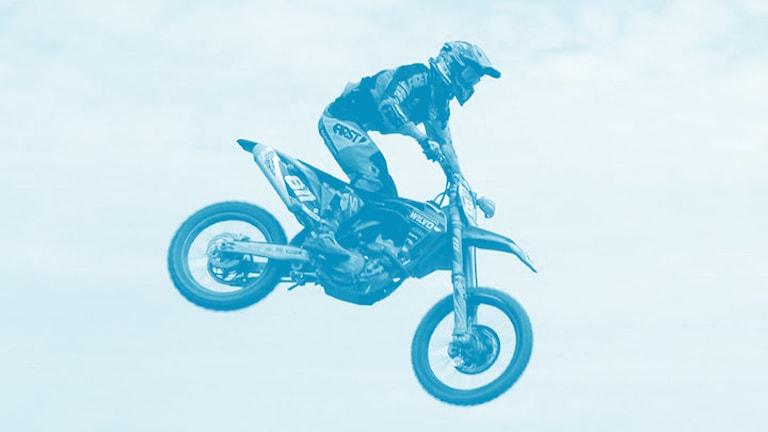 Motocross-Fahrer fliegt auf seiner Maschine in Schweden durch die Luft. Foto: Tomas Bader/Sveriges Radio