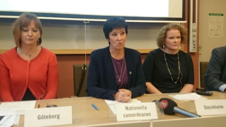 Die Koordinatorin gegen extremistische Gewalt, Mona Sahlin (Mitte), möchte, dass die verschiedenen Stellen an einem Strang ziehen (Foto: Dieter Weiand/Sveriges Radio)