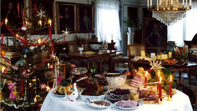 Weihnachtsbaum und der Tisch mit Weihnachtsspezialitäten auf dem Gut Mårbacka in Värmland, Schweden, das früher der Nobelpreisträgerin Selma Lagerlöf gehörte. Foto: Jurek Holzer/TT