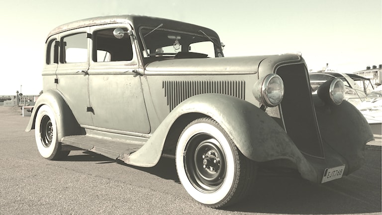 """Ein grüner PLYMOUTH 6PF von 1934 mit manueller Gangschaltung und Benzinmotor, 77 PS. Dem Geheimnis des Alterns auf der Spur: Wir altern ungefähr wie Autos, vergleicht der Nobelpreisträger in Chemie, Tomas Lindahl aus Schweden: """"Oft wird unterschätzt, wie wichtig DNA-Schäden und der Verfall der DNA sind. Ich glaube viel ist Verschleiß."""" (Foto: Sybille Neveling /Radio Schweden)"""