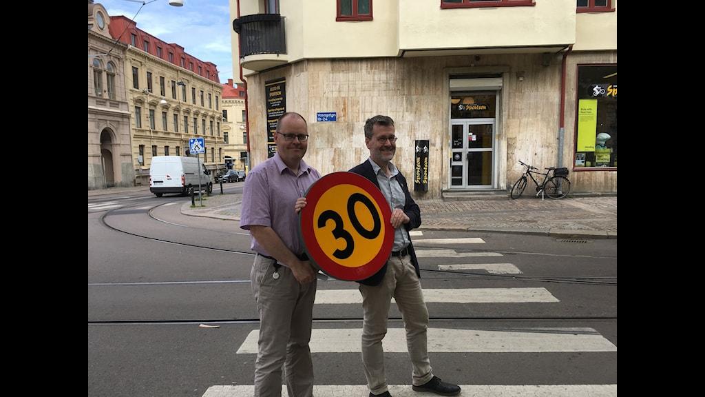 Kommunalråden Johan Nyhus (S) och Ulf Kamne (MP) skyltar med nya hastigheten.