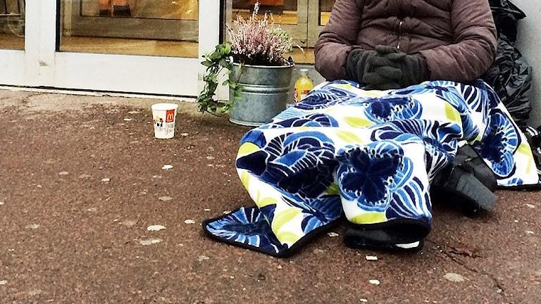 Kvinna tigger utanför en butik. Foto: Annika Ström/Sveriges Radio.