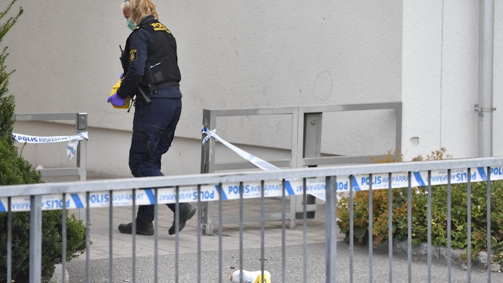Fler skjutningar och sprängningar sker i Sverige. Ett år efter att regeringen presenterade sitt åtgärdsprogram mot gängbrottslighet har just de brotten fortsatt att öka.