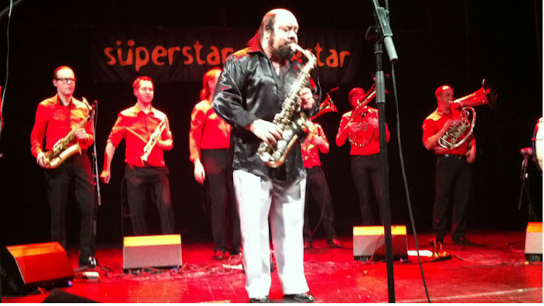 Ferus Mustafov thaj o superstar orkestar andi Eskilstuna.