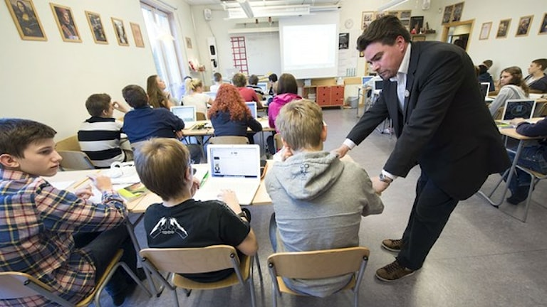 Matematiklärare Per Berggren undervisar niondeklassare på Trädgårdstadsskolan i Tullinge. Foto: Fredrik Sandberg / TT.