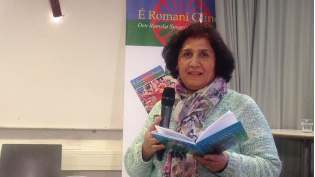 Ferida Agusi Jasarevic vorbij pa romani poezia. Foto:Adam Szoppe/Radio Romano