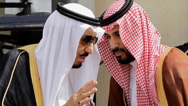 Saudiarabitsko kraj Salman bin Abdul-Aziz Al Saud thaj lesko shavo prins Mohammed khaj si defensiako ministro. Foto: Hassan Ammar/TT.