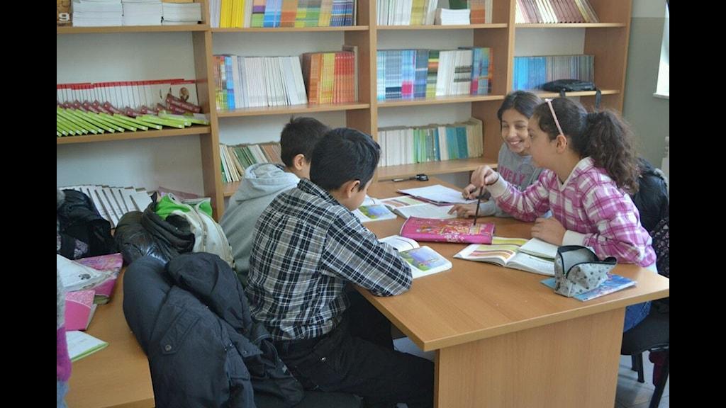 Romane chavore andi shkola ano Kosovo:Foto: RTK Avdi Misini.