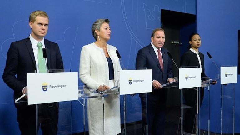 Utbildningsminister Gustav Fridolin, statsminister Stefan Löfven, arbetsmarknadsminister Ylva Johansson, och kultur- och demokratiminister Alice Bah Kuhnke. Foto: TT.