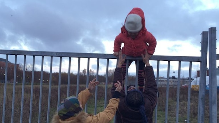 Outside the Migration Agency in Malmö, families are reunited after several years spent fleeing. At the same time, others climb over the fence so that they can travel onwards to Norway, Finland or back to Germany. Photo: Julia Wiraeus/ TT