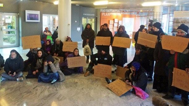 EU-migranter protesterar i stadshuset i Malmö. Foto: Dimitri Lennartsson/Sveriges Radio