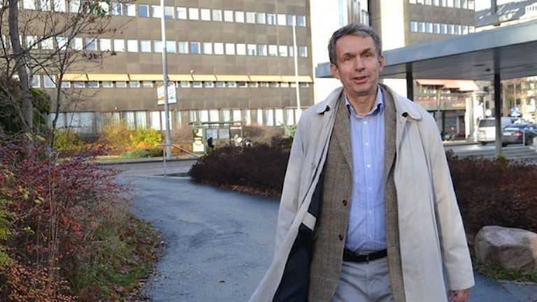 Utredaren Måns Rosén konstaterar att liv kan sparas om sjukhusen i Sverige specialiserar sig. Foto: Anna Larsson/Sveriges Radio.