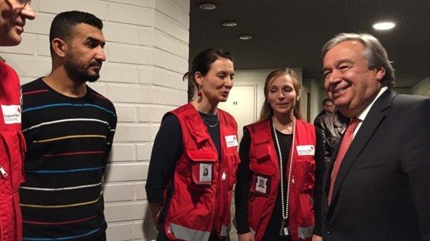 António Guterres, FN:s flyktingkommissarie, träffar nyanlända flyktingar och rödakorsmedarbetare i Vanda utanför Helsingfors. Foto: Thella Johnson/Sveriges Radio.