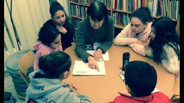 Barnboksförfattaren Gunilla Lundgren läser för barnen i Rinkeby. Foto: Veli Brijani/Sveriges Radio