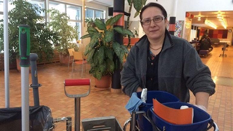 Elmas Tuncer jobbar heltid i Botkyrka efter att politikerna beslutat om rätt till heltid. Foto: Anna-Karin Siwberg/Sveriges Radio.
