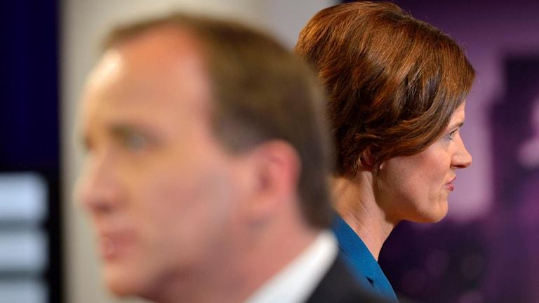 Statsminister Stefan Löfven i flrgrunden och Moderaternas partiledare Anna Kinberg Batra i bakgrunden. Foto: Henrik Montgomery/TT.
