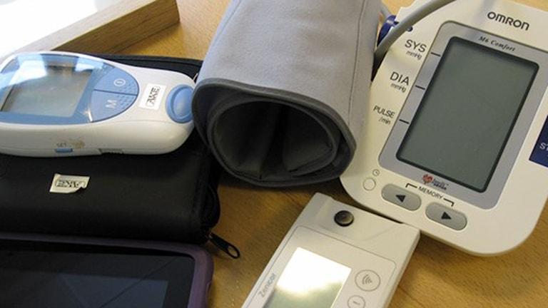 Patienternas utrustning: Blodtrycksmätare och läsplatta. Foto: Lena Callne/Sveriges Radio.