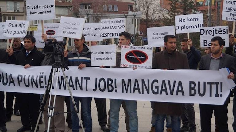 E roma keren protesti ano Kosovo anglal o gavermento e Kosovako ando foro Prishtina.