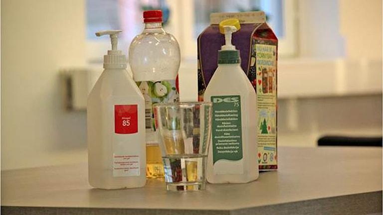 Differentne flaski po alkogel thaj orangovo juice.