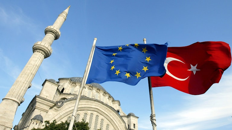 Duj flagi EU thaj torkitsko flaga.